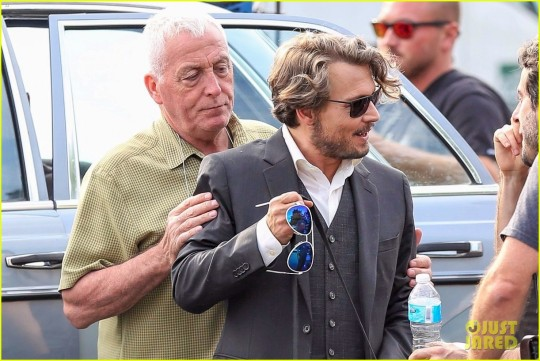 johnny-depp-plays-with-a-dog-on-richard-says-goodbye-set-03.jpg